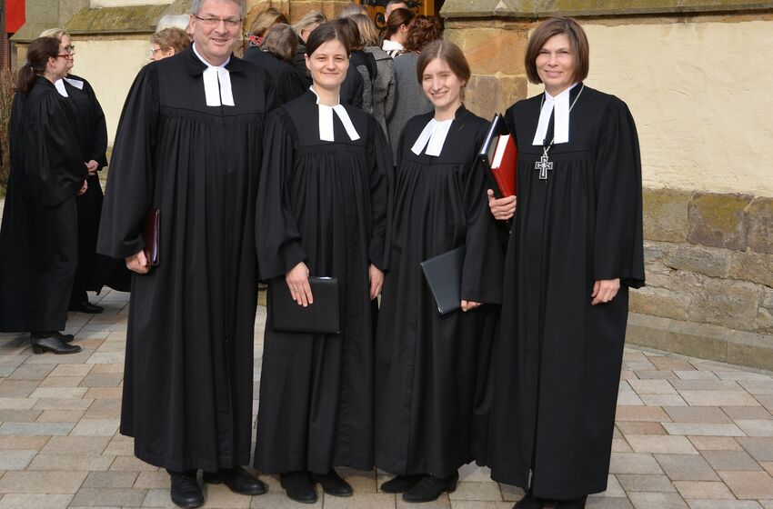 v.l.: Kurz vor der feierlichen Ordination in Hilter: Superintendent Hans-Georg Meyer-ten Thoren, Patorin Mirjam Engler, Pastorin Josefine Feisthauer, Landessuperintendentin Dr. Birgit Klostermeier. (c) Helmut Schmidt